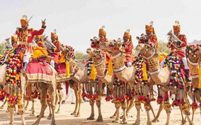 JAISALMER, INDE : Caravane de chameau avec des musiciens du département militaire allant au festival coloré du désert