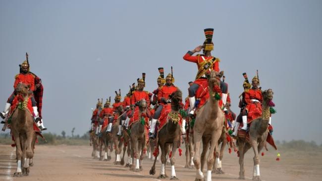 Au Pakistan, un orchestre de cornemuses à dos de dromadaires